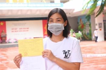 Người phụ nữ chưa có giấy khai sinh xúc động vì được tiêm vắc xin