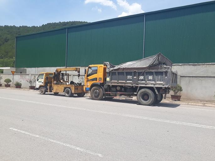 """Tài xế xe tải """"giam lỏng"""" Thanh tra giao thông hơn 3 giờ giữa cái nắng 41°C"""