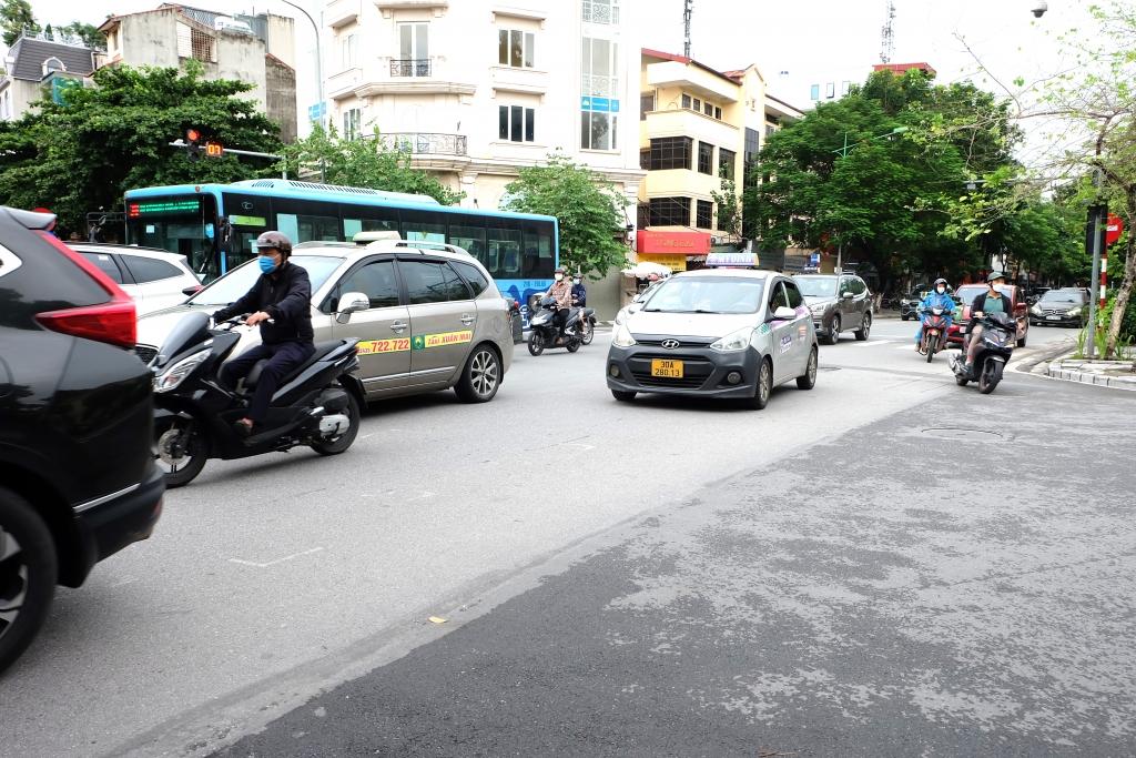 Xe buýt, taxi hối hả đón khách trở lại sau gần 3 tháng nghỉ dịch